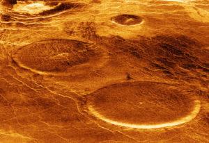 Видны кратеры на поверхности Венеры