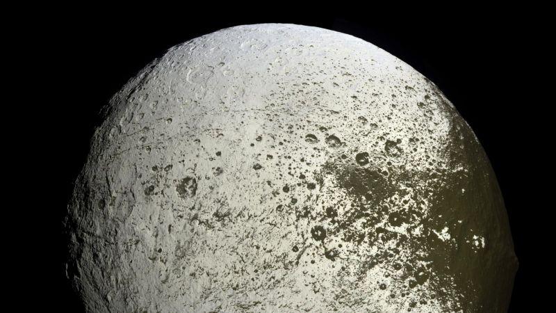 Спутник Япет на фото