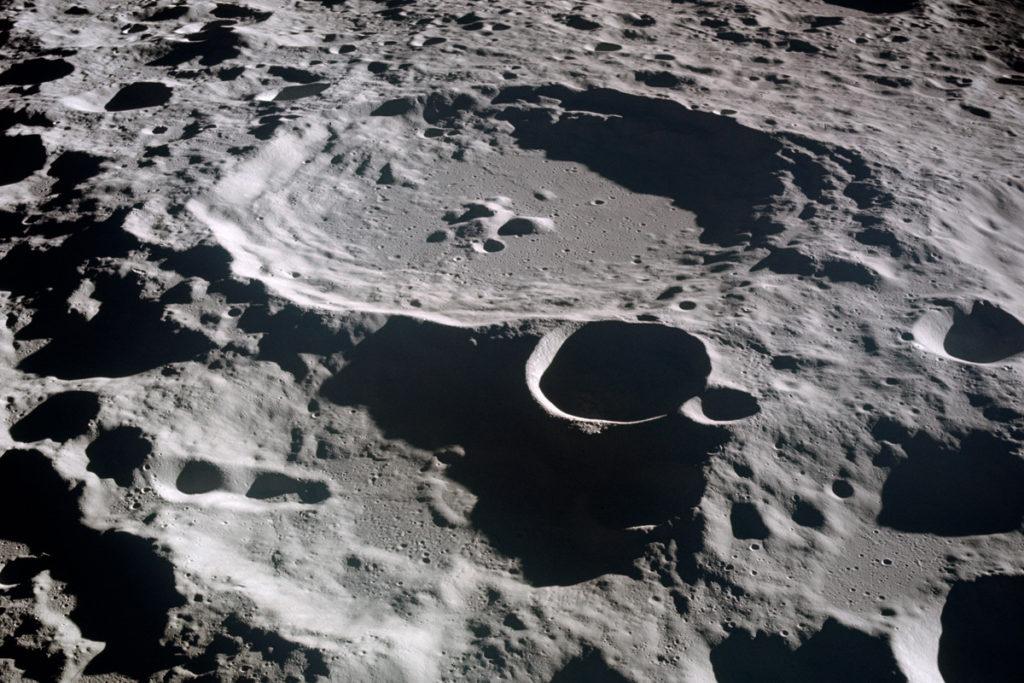 При столкновении с Луной метеориты оставляют круглые кратеры