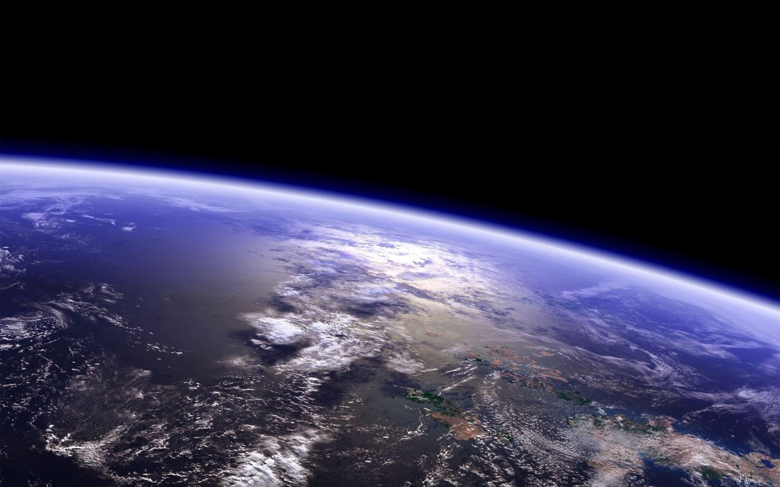 Земля вращается вокруг своей оси двигаясь на восток