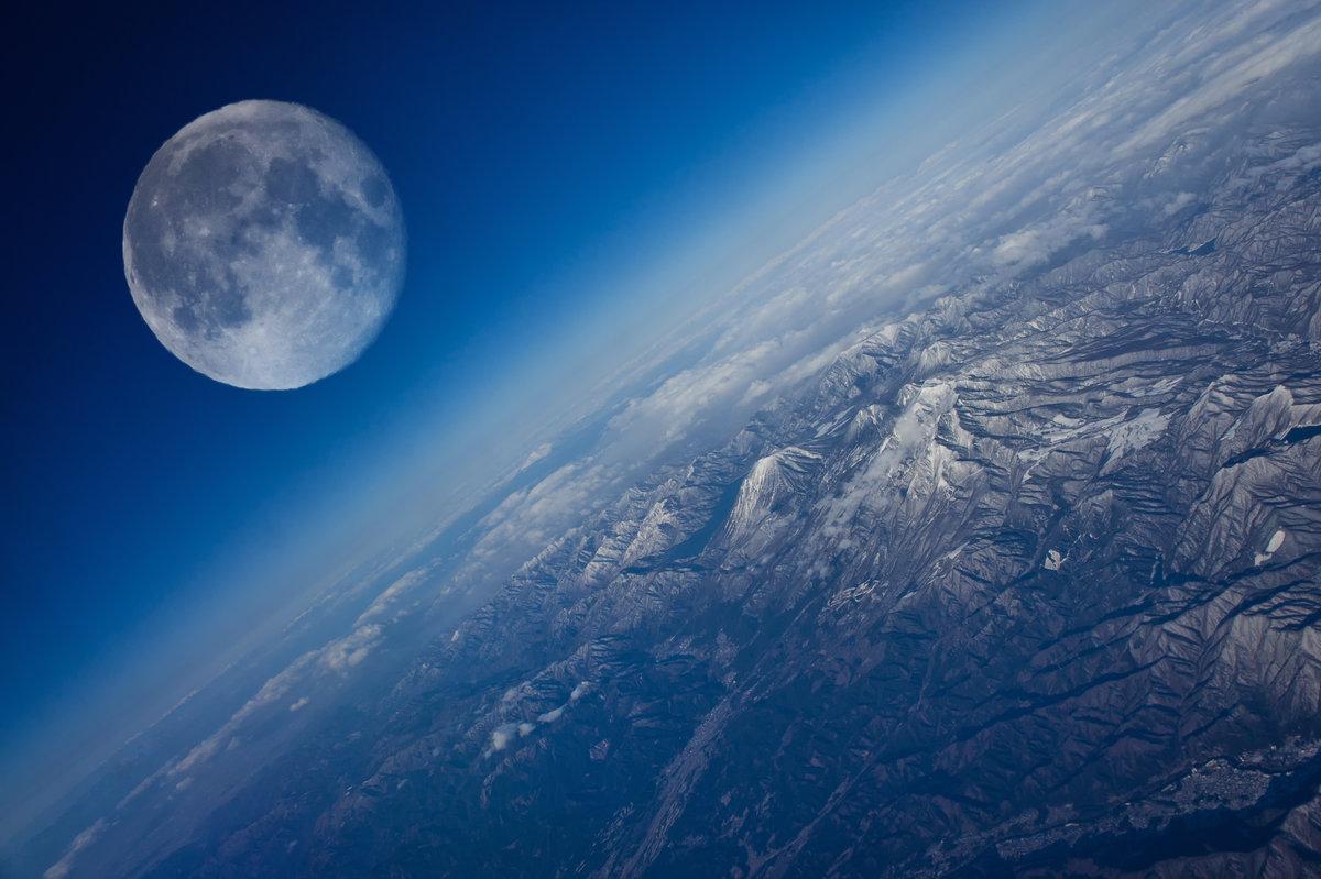 Вид на Луну с Земли
